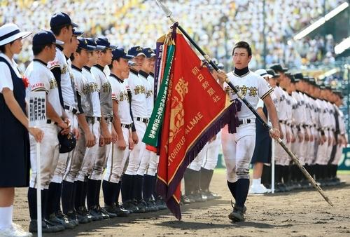 甲子園優勝旗を手にする前橋育英高校のかっこいい高校球児