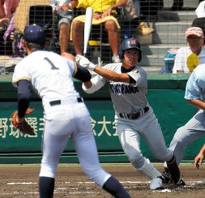 前橋育英—横浜 1回裏横浜無死、川口はチーム初安打を中前に放つ。投手高橋光=林敏行撮影