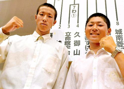 写真:開幕試合で対戦する立命館宇治の松井悠真主将(左)と久御山の富田和主... 開幕試合で対戦す